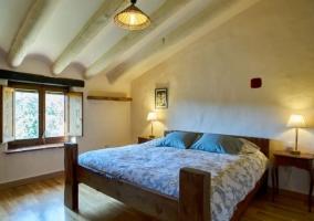Dormitorio de matrimonio abuhardillado con luces