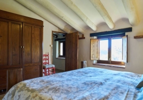 Dormitorio de matrimonio abuhardillado con su armario