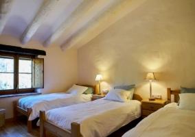 Dormitorio triple en blanco y madera