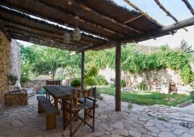 Vistas del porche con mesa de madera y toldos
