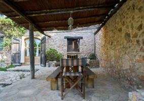 Vistas del porche en piedra con bancos de madera