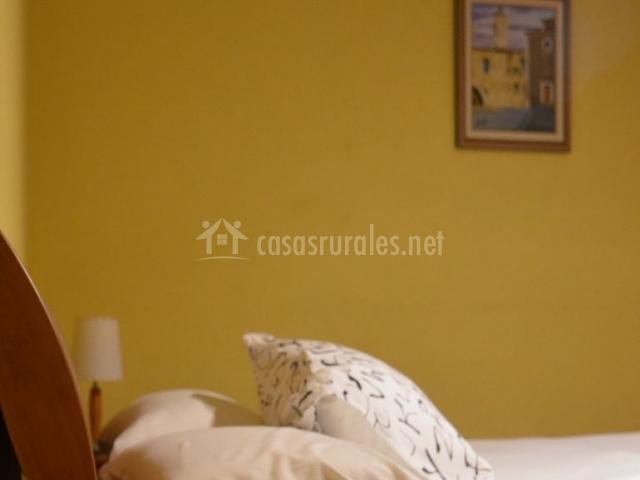 Dormitorio de la casa con paredes en amarillo