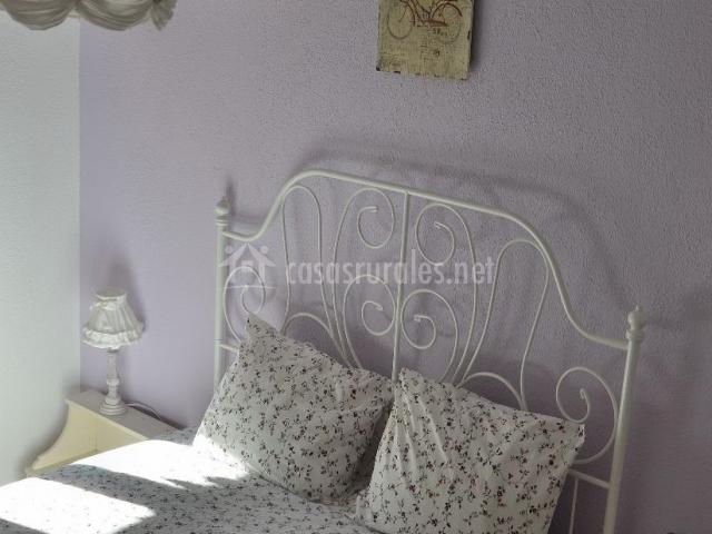 Dormitorio de matrimonio con cabecero en forja