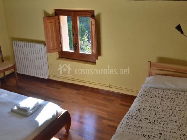 Dormitorio de matrimonio con cama individual