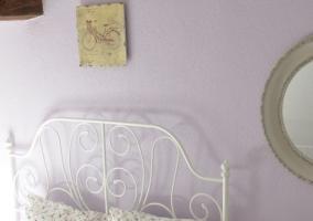 Dormitorio con cuadro sobre el cabecero