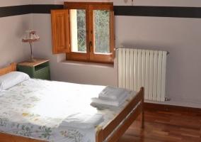 Dormitorio triplecon suelos de madera