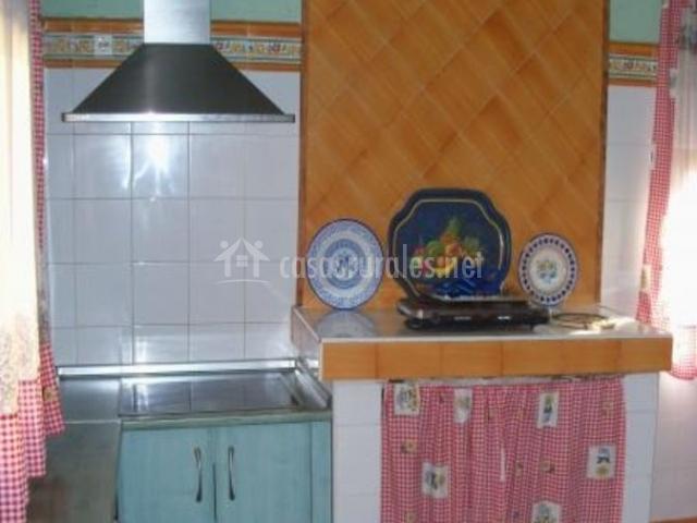 Cocina con detalles en naranja y campana
