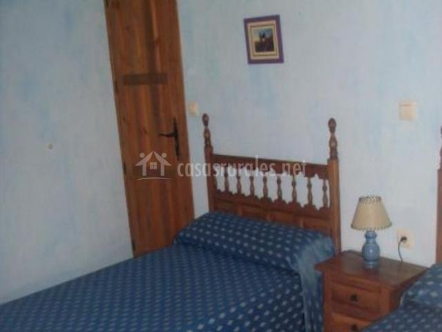 Dormitorio doble con mesilla entre las camas individuales