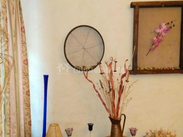Sala de estar con detalles en el mueble