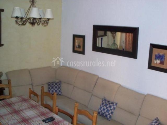 Sala de estar con mesa de madera junto a los sillones