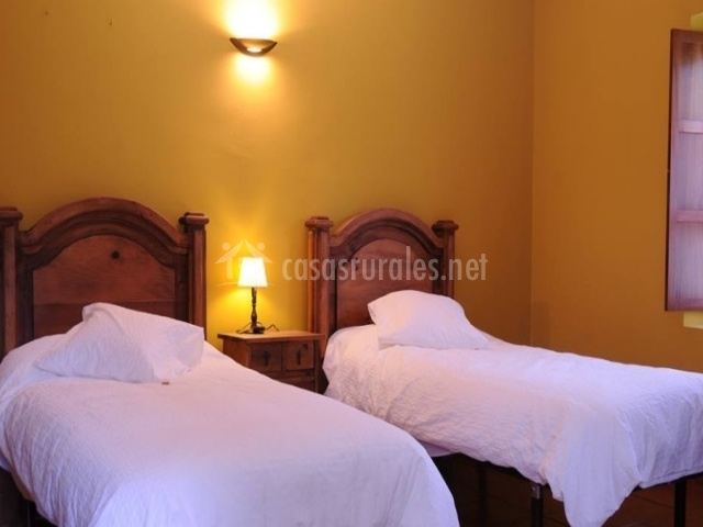 Dormitorio doble con camas equipadas