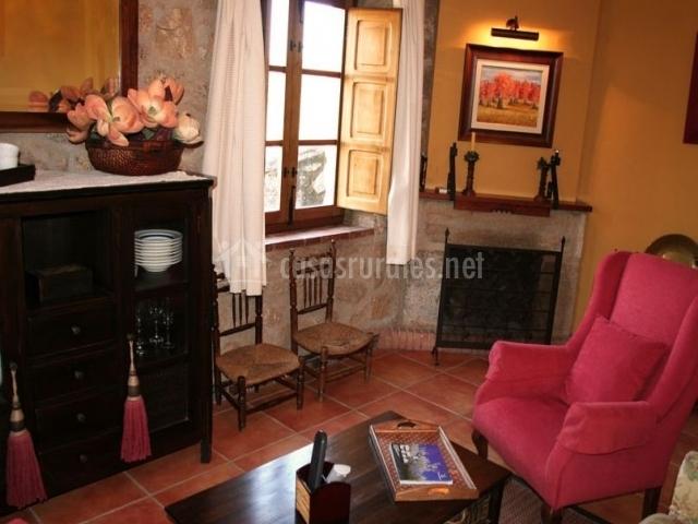 Sala de estar con chimenea y muebles de madera