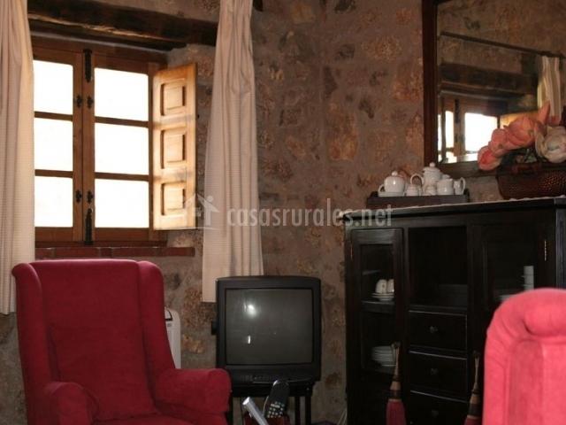 Sala de estar con tele y mueble de madera