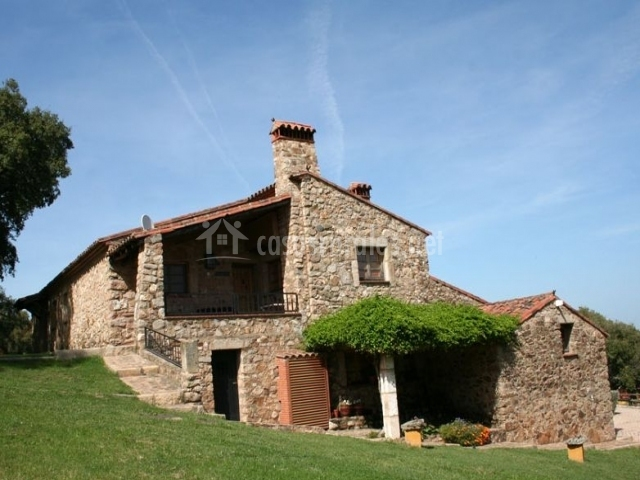 Acceso a la casa con vistas del porche y las zonas verdes