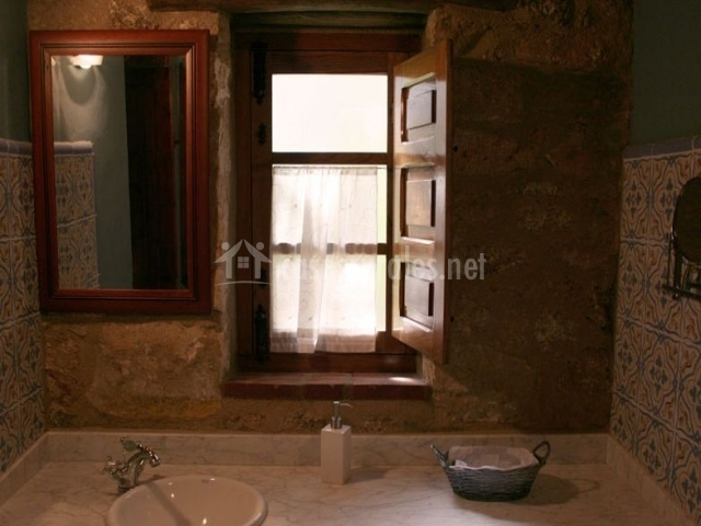 Aseo de la casa con una ventana y lavabo