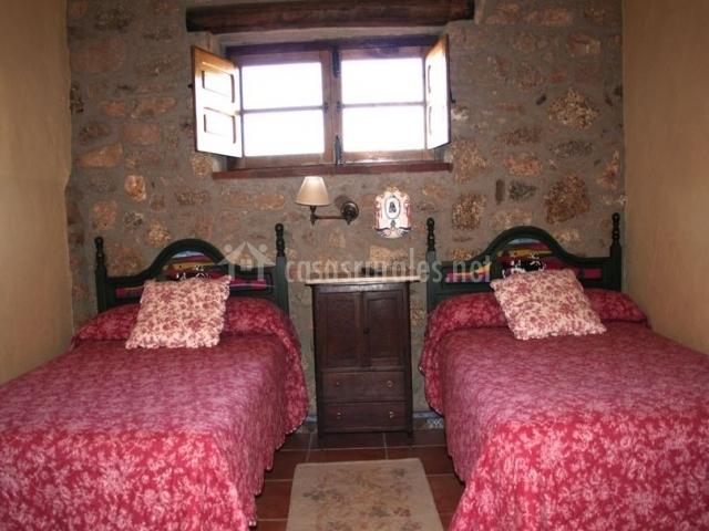 Dormitorio doble con alfombras y camas individuales