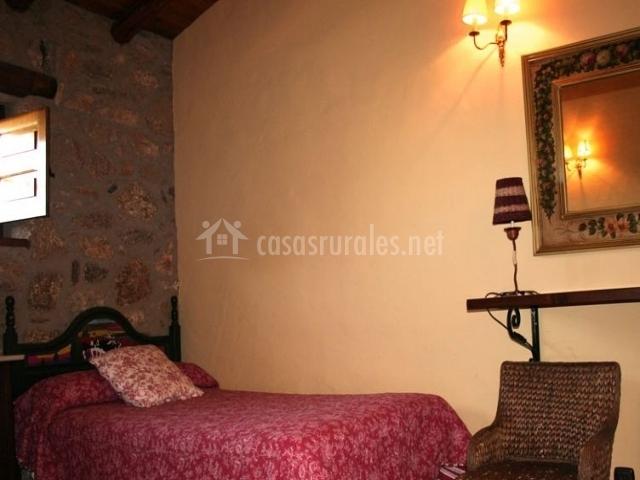 Dormitorio doble con muebles y repida