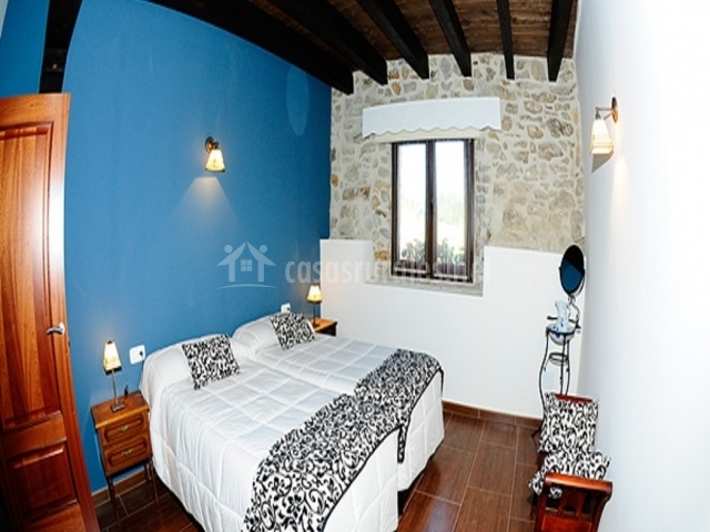Cuarto dobles con pared en azul