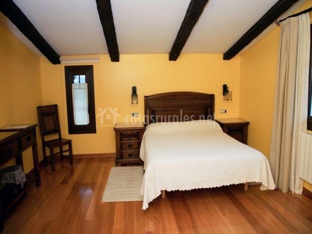 Dormitorio doble amarillo