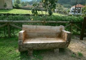 Banco de madera en el jardín
