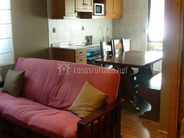 Cocina comedor junto a la sala de estar con sillones