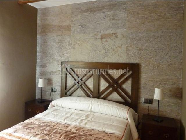 Dormitorio de matrimonio con una mesilla a cada lado