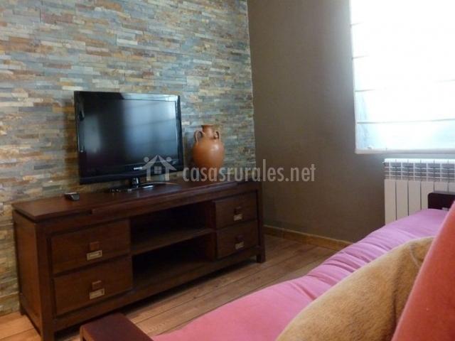 Sala de estar con televisor de plasma y mueble de madera
