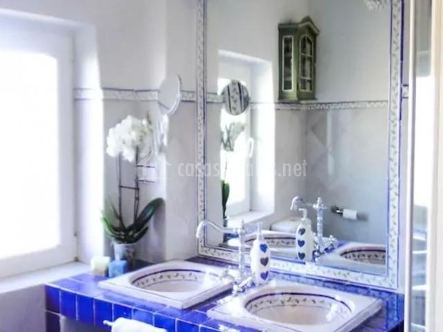 Aseo de la casa en azul y blanco con toallero