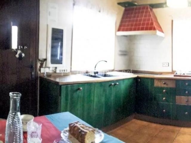 Cocina con armarios en color verde