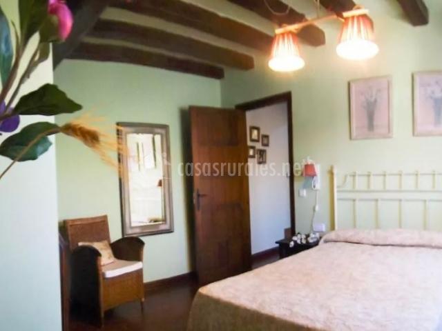Dormitorio de matrimonio amplio con suelos de madera