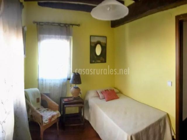 Dormitorio doble en amarillo con camas individuales