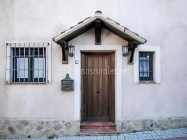 Entrada a la casa con su puerta en madera