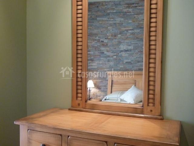 Dormitorio de matrimonio con mobiliario en madera