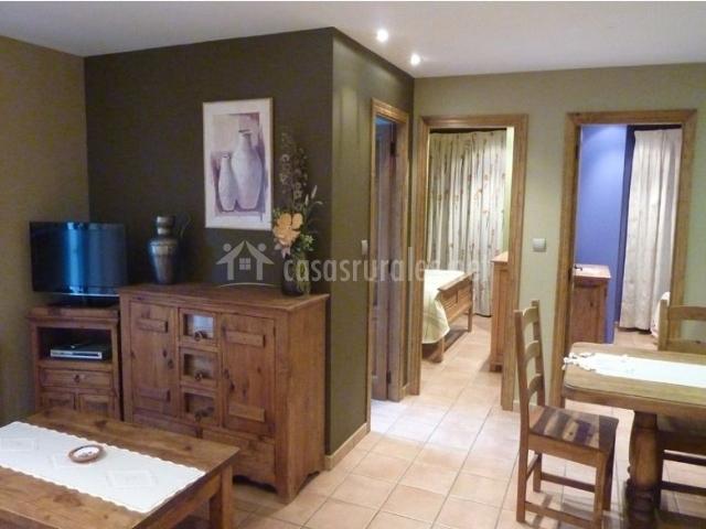 Sala de estar con paredes verdes y televisor de plasma