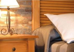 Dormitorio con mesillas en madera y lamparitas