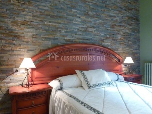 Dormitorio de matrimonio con mesillas de noche y colchas en blanco
