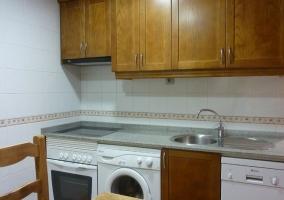 Cocina con horno y lavadora