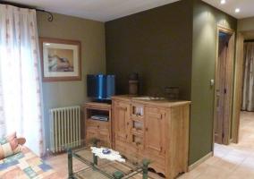 Sala de estar con sillones y paredes en verde