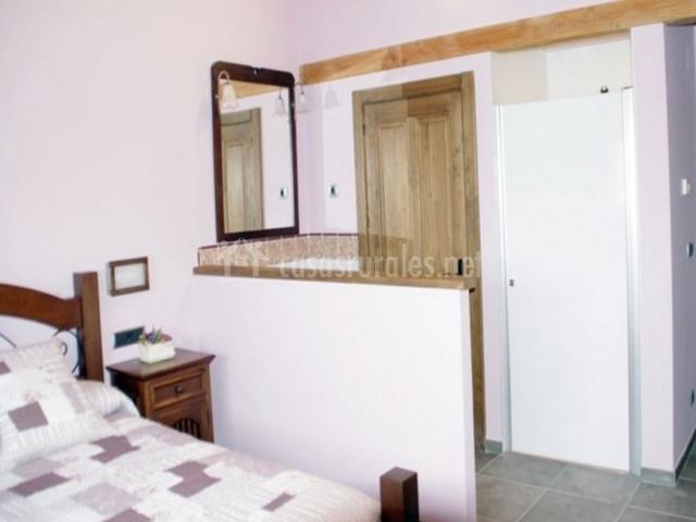 Arati agroturismo en zaratamo vizcaya - Dormitorio con bano ...