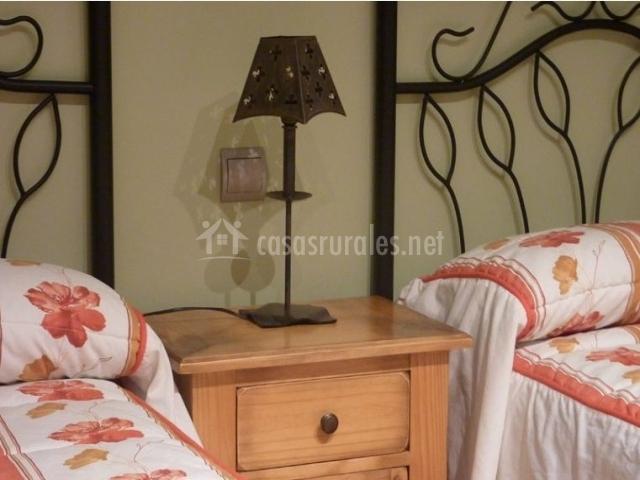 Dormitorio doble con mesilla en el centro