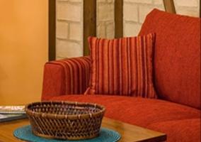 Sala de estar con sillones tapizados en rojo