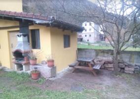 Acceso a la casa con jardines y mesa de madera