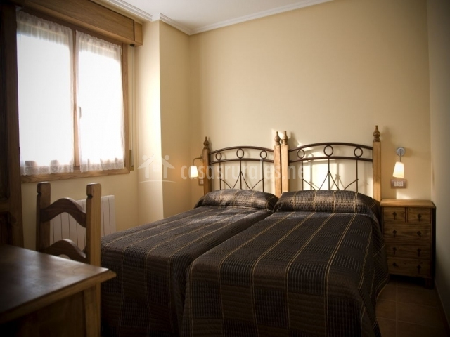Habitación doble con dos camas y mesa