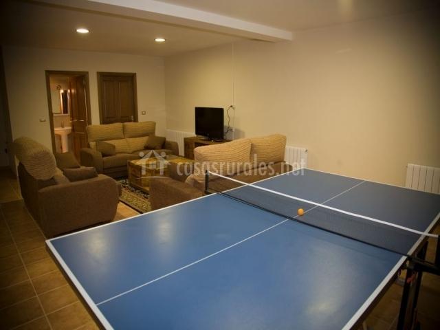 Sala de juego con mesa de ping pong