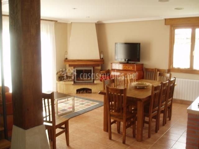 Salón con chimenea y mesa de comedor