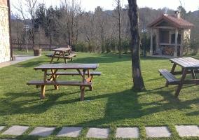 Jardín con mesas merendero