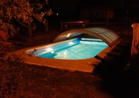Piscina de la casa con iluminación para la noche