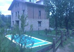 Exteriores de la casa con piscina