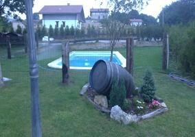 Jardín con piscina