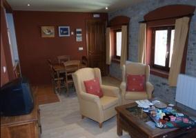 Mesa de madera junto al sofá